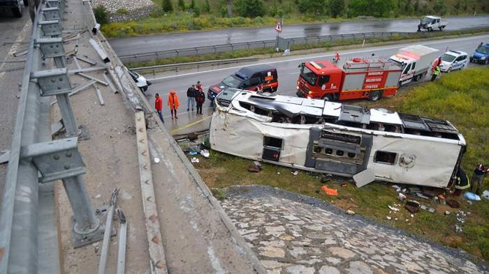 Sərnişin avtobusu körpüdən aşdı: 48 yaralı