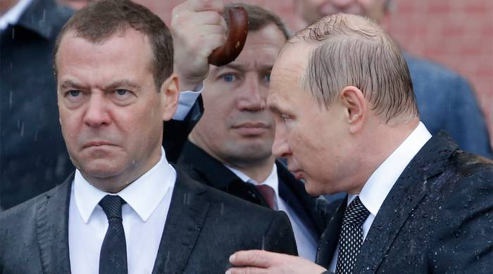 Putin özünün və Medvedyevin maaşını azaltdı
