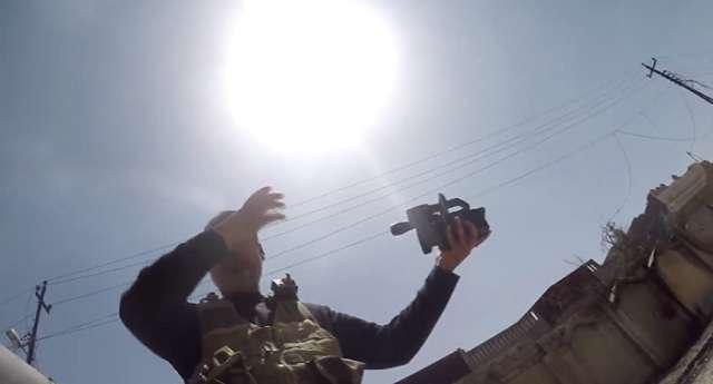Vídeo dramático: cámara salva a un periodista de muerte por una bala terrorista