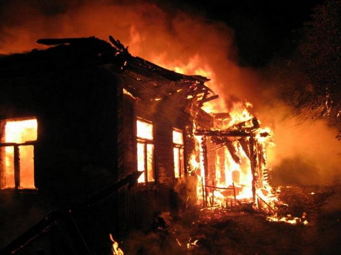 İçkili ata oğlunun evini yandırıb
