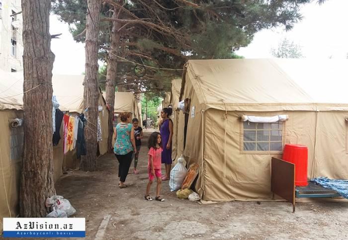 """Sumqayıtda evi yanan 22 ailə çadırda yaşayır: """"Nə hamamımız, nə də tualetimiz var"""" (FOTOLAR)"""