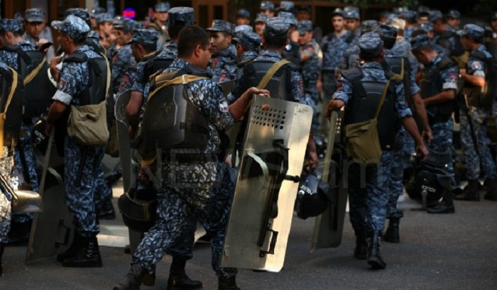 Armenia police detain dozens of youths in Yerevan's Liberty Square - VIDEO