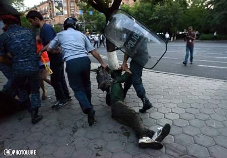 Yerevanda kritik durum: polis hücuma hazırlaşır